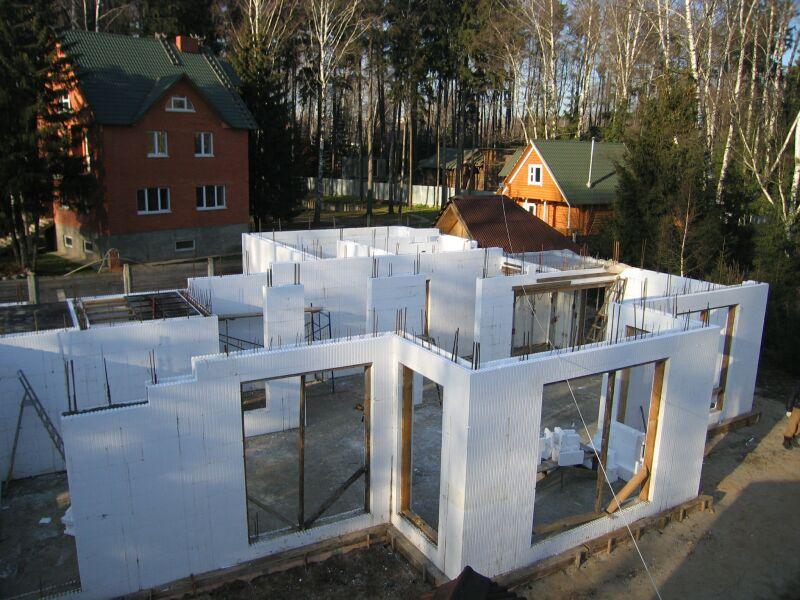Возведение домов из несъемной опалубки: преимущества и недостатки